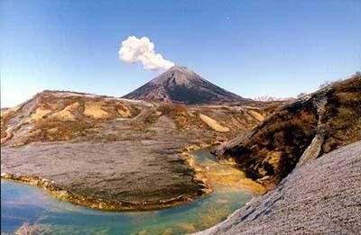 Вулкан Эбеко на Курильских островах выбросил парогазовое облако